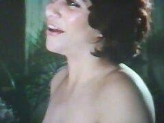 مهبل تراشیده از یک بلوند جوان شلوغ عکس کس لیسیدن متحرک با گرفتن یک dildo مقابله می کند