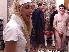 یک زن بالغ لباس های سکسی و عکسهای متحرک پورن زیبا را برای یک لعنتی زیبا با یک مرد در می آورد