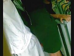 دختری جوان و جسور بر روی باسن خود در یک dildo سكس متحرك كون غول پیکر نشسته است